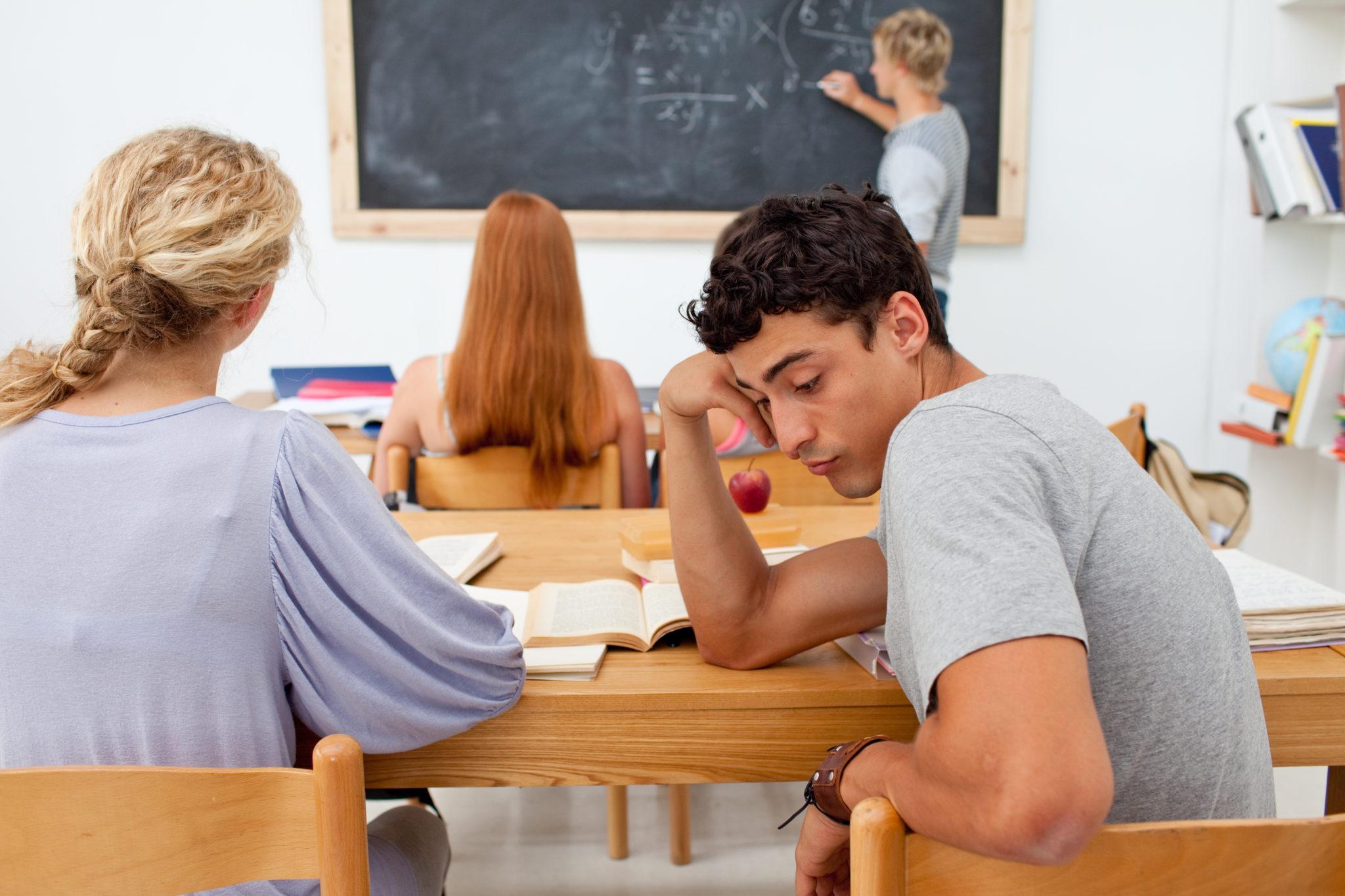 verveelde mbo-student in de klas