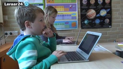 Twee leerlingen werken aan een chromebook