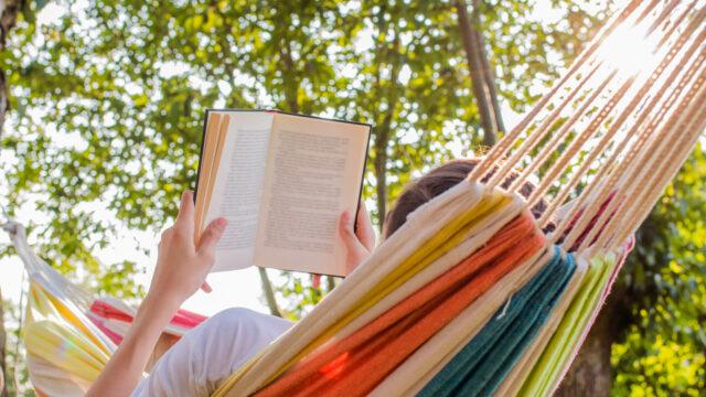 Iemand lees een boek in de hangmat